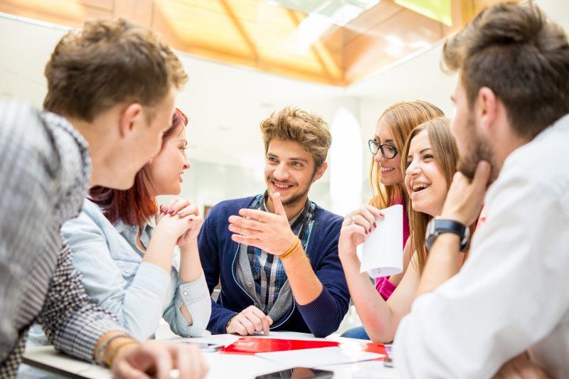 職場必讀:同事間的熱門話題與避免談及的話題